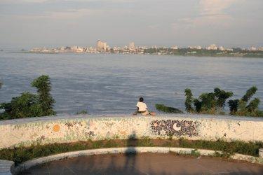 Fillette contemplant Kinshasa. (© Stéphane DAMANT)