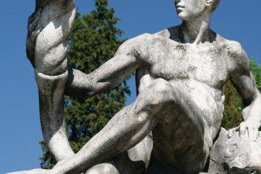 Statue dans le jardin du château de Peleş. (© Stéphan SZEREMETA)