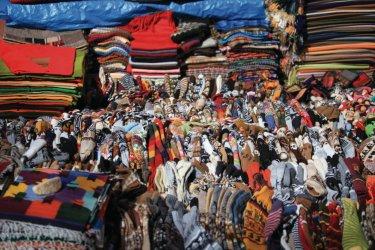 Un étalage coloré de textiles traditionnels, marché de Tarabuco. (© Arnaud BONNEFOY)