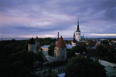 Vue sur la vieille ville de Tallinn dont les portes de Viru. (© S.Nicolas - Iconotec)