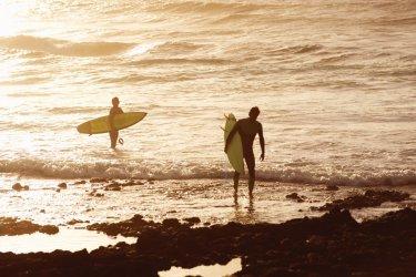 Surfeurs sur la plage de las Américas. (© Christofer Dracke)