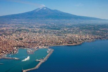 Survol de la ville de Catane et du volcan Etna. (© Andras_csontos - iStockphoto)