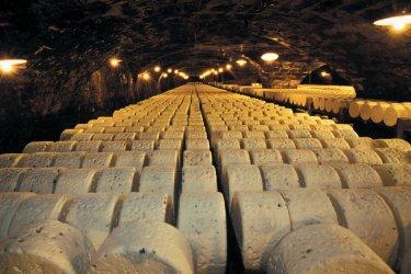 Cave d'affinage de roquefort (© TOM PEPEIRA - ICONOTEC)