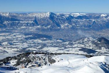 A Chamrousse, station olympique, le skieur admire le tracé sinueux des pistes (© Lionel MONTICO)