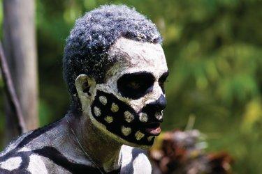 Skelleton man. Personnage d'une pièce de théâtre jouée dans le village de Mindima. (© Philippe Gigliotti)