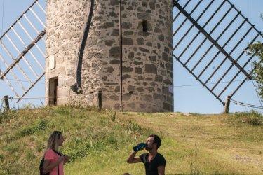Randonneurs vers le moulin de Coulx. (© Christian Prêleur - CDT 47)