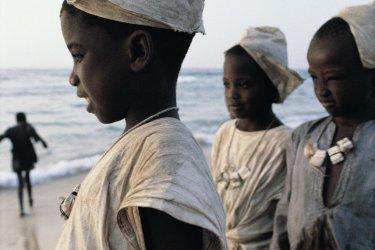 Petits garçons en habit de circoncis sur la plage de Kayar. (© Tom Pepeira - Iconotec)