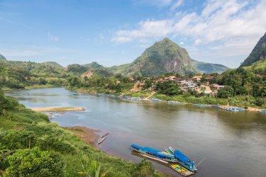 Vue sur la rivière Nam Ou près du village de Nong Khiaw. (© AsiaTravel - Shutterstock.com)