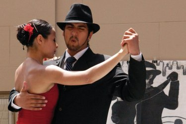 Deux danseurs en démonstration dans la rue.