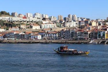 Vue sur Vila nova de Gaia et le Douro depuis la Ribeira. (© Sarah DEHAUT)