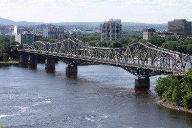 Le pont Alexandra reliant Ottawa à la ville québecoise de Gatineau. (© Stéphan SZEREMETA)