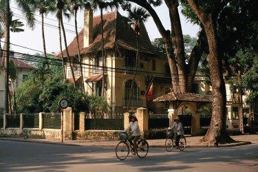 Cyclistes devant une ambassade à Hanoi.