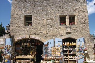 Boutique de souvenirs provençaux aux Baux-de-Provence. (© Stéphan SZEREMETA)