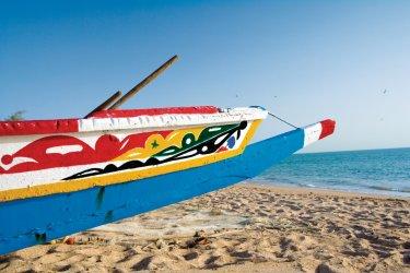 Pirogues lébou sur la plage de Saly. (© Author's Image)