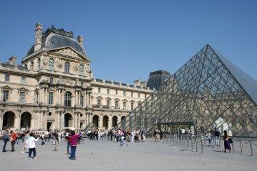 Pyramide et Palais du Louvre (© Stéphan SZEREMETA)