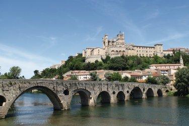 L'Orb, le pont vieux et la cathédrale Saint-Nazaire à Béziers (© Julien Leblay - Fotolia)