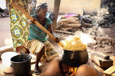 Ghanéenne préparant le repas. (© Dietmar Temps / Shutterstock.com)