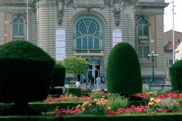 Le jardin de l'évêché et le théâtre municipal de Castres (© PHOVOIR)