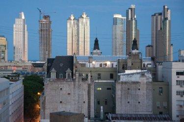 Les vieux immeubles du centre sont dominés par les nouvelles tours de Puerto Madero. (© Maxence Gorréguès)