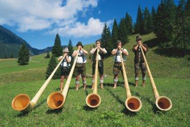Musiciens tyroliens et leurs alphorn.