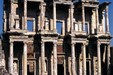 Bibliothèque de Celsus sur le site archéologique d'Éphèse. (© Author's Image)