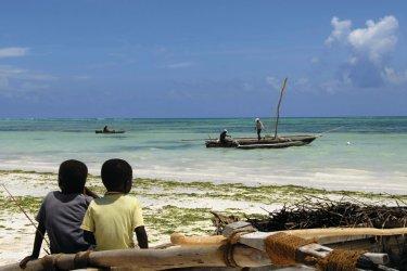 Enfants assis sur un bateau de pêche. (© brytta - iStockphoto.com)