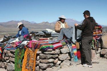 Artisanat péruvien en vente jusqu'aux plus hautes altitudes. (© Stéphan SZEREMETA)