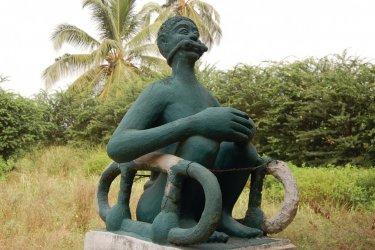 Représentation d'un esclave enchaîné, sur la route des esclaves. (© C. THARREAU - Association 1,2,3 Déclics)