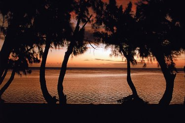 Coucher de soleil sur une des plages de L'Ermitage. (© DR)