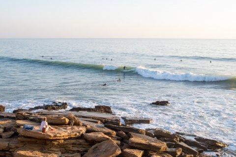 Surfeurs à Taghazout. (© swuerfel - Shutterstock.com)