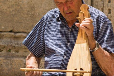 Vieil homme jouant de la musique devant la grande fontaine d'Onofrio. (© Lawrence BANAHAN - Author's Image)