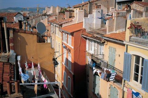 Ruelle de Marseille (© TOM PEPEIRA - ICONOTEC)