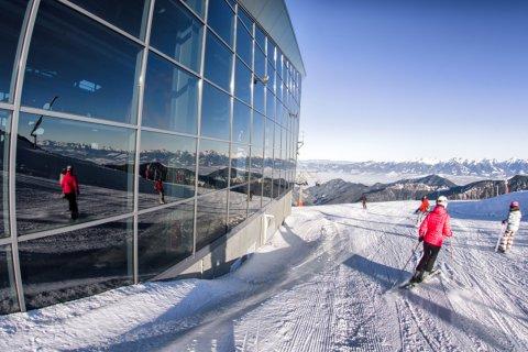 Skieurs sur la colline de Chopok (© Jaroslav Moravcik - Shutterstock.com)