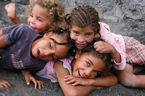 De jeunes soeurs jouent après l'école dans les rues du village de Chã das Caldeiras. (© Charline REDIN)