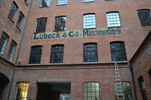 Une ancienne usine de pianos en briques rouges typiques. (© Juliette  MANTELET)