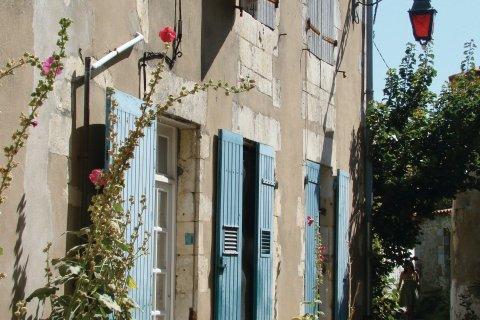 Une des maisons typiques de Saint-Martin-de-Ré (© CMT17 - E. COEFFE)