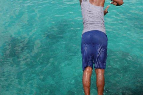Plongeon dans les eaux turquoise de l'île de Maio. (© Charline REDIN)