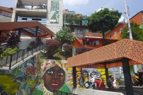 Les escaliers mécaniques de la Comuna 13. (© Nicolas LHULLIER)