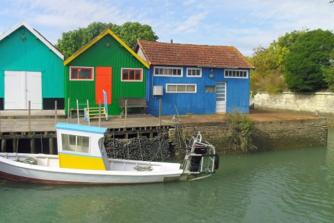 Le long du chenal du port, ces ex cabanes ostréicoles abritent désormais des artisans d'art. (© Anne-Lise DURIF)