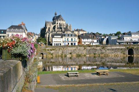 Basilique Notre-Dame-des-Miracles de Mayenne. (© Musat - iStockphoto)