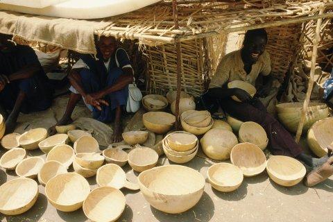 Vaisselle faite de calebasses au marché (© Ismaël Schwartz - Iconotec)