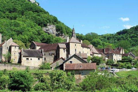 Le village de Baume-les-Messieurs. (© ISO-68 - stock.adobe.com)
