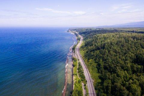 Chemin de fer du transsibérien près du lac Baïkal. (© Dmitriy Kandinskiy - Shutterstock.com)