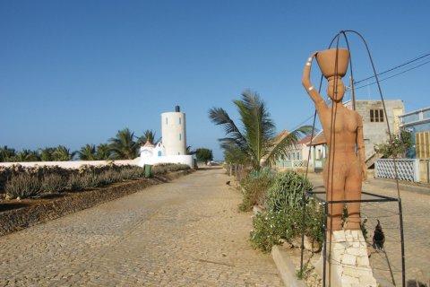 Calheta, statue érigée en l'honneur des femmes qui ont pavé la route. (© Anca MICULA)