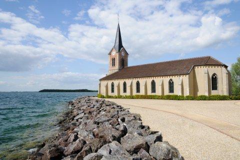Église de Champaubert au bord du lac du Der (© Gilles Oster)