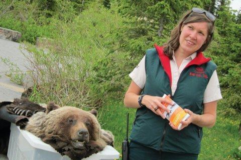 Prévention sur les ours par un guide du parc national. (© Stéphan SZEREMETA)
