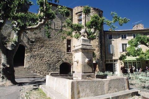 Fontaine sur une place de Gordes (© Irène ALASTRUEY - Author's Image)