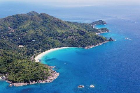 Vue aérienne de la plage de l'Intendance. (© Barbara & Hartmut Röder - Office du tourisme des Seychelles)