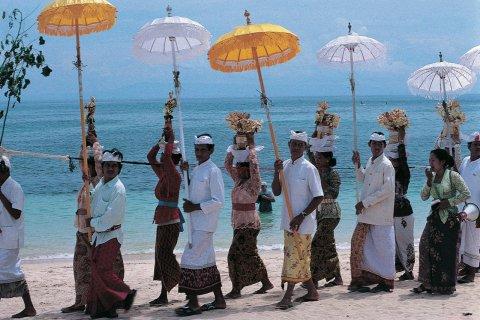 Procession d'un odalan sur la plage de Nusa Dua. (© Yukiko Yamanote - Iconotec)