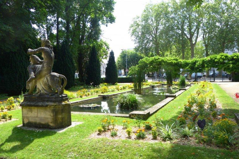 Le guide th matique petit fut guide de l 39 notourisme for Le jardin des fleurs bourges